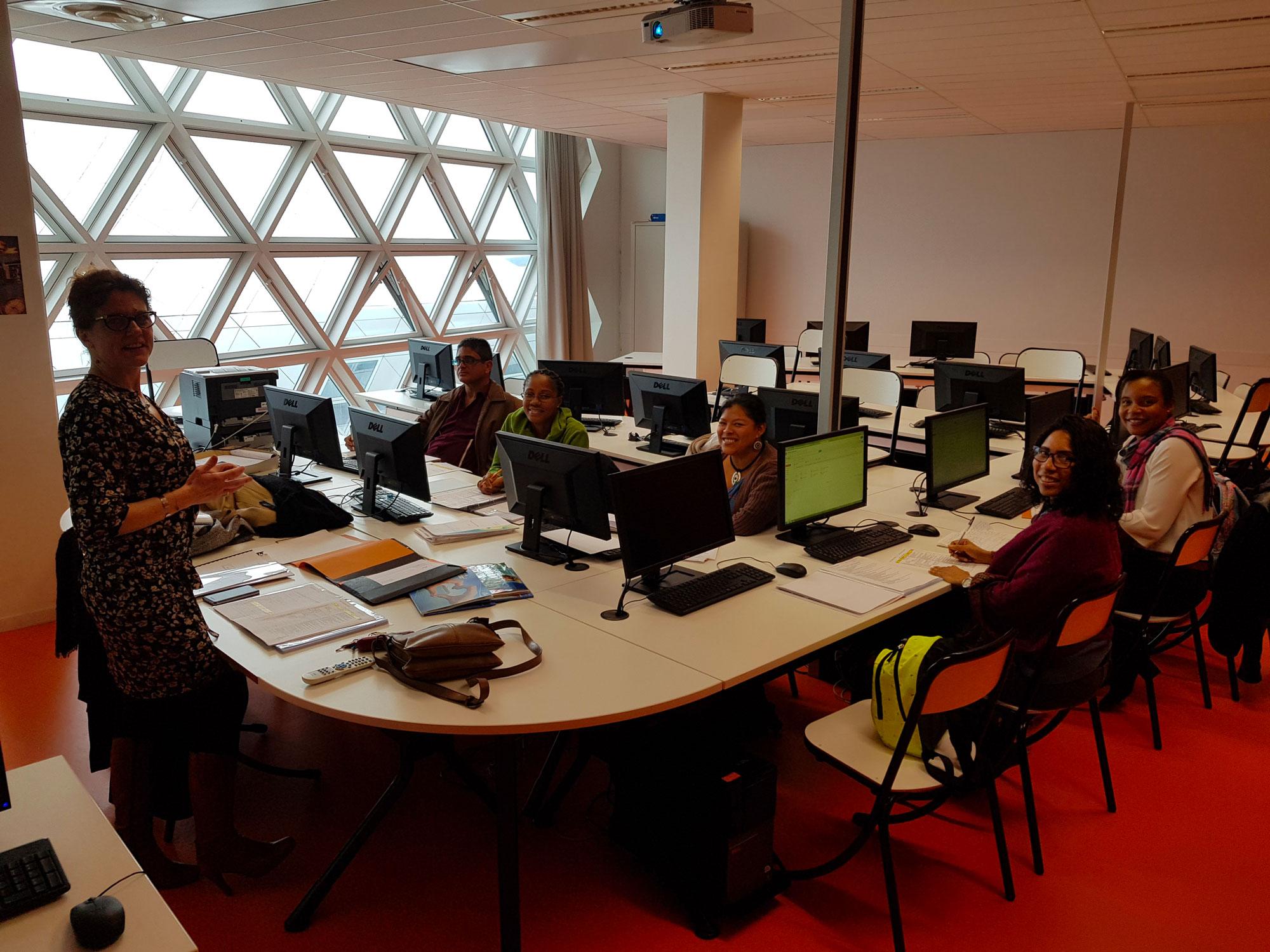 Salle de classe avec ordinateurs